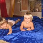 Несколько дней из жизни девочки Саньки, которой год и десять и девочки Маши, которой три и девять
