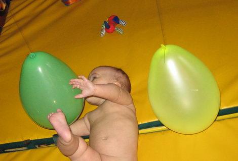 Воздушные шарики, как игрушка для трёхмесячного ребёнка
