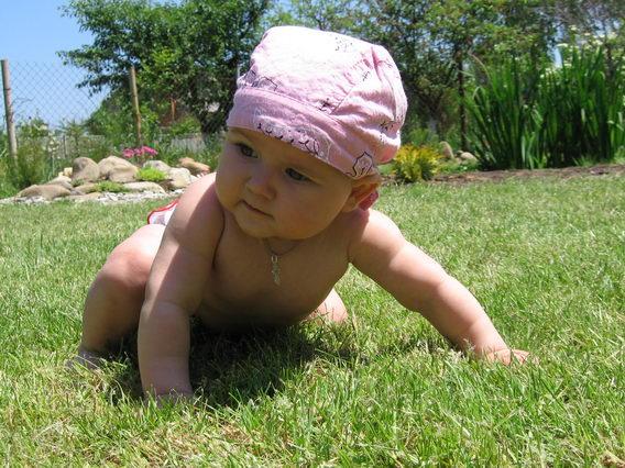 Знакомим младенца с разными на ощупь предметами