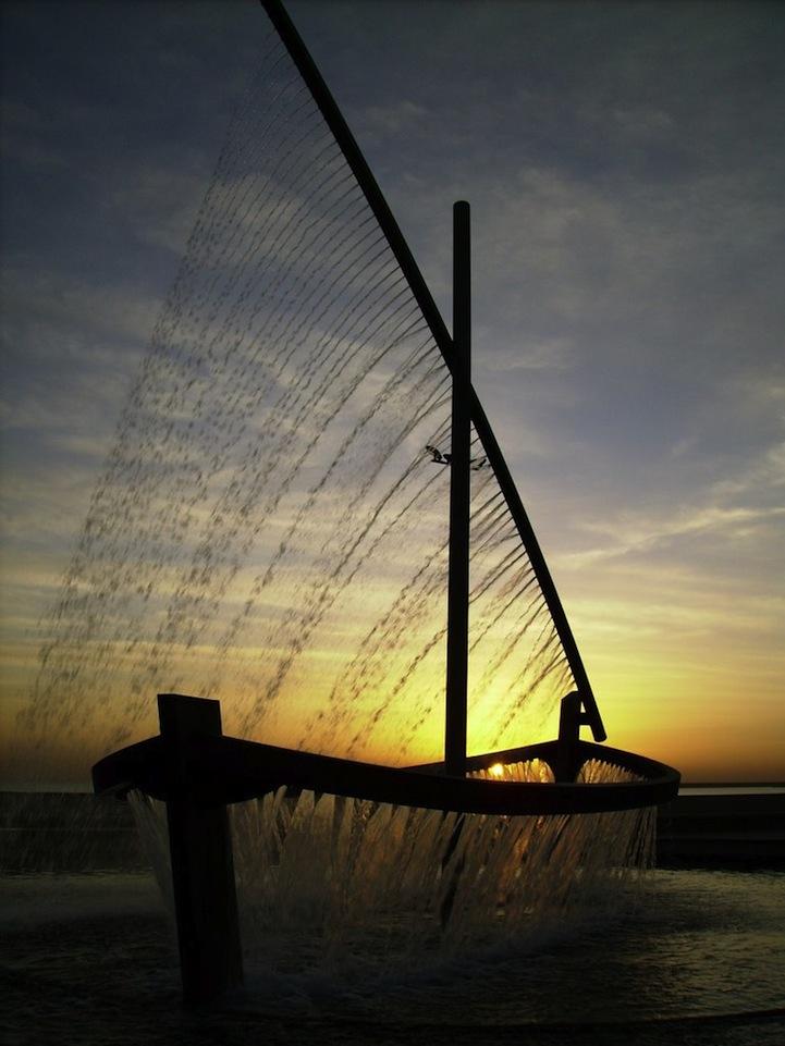 Фонтан-лодка в Валенсии, Испания