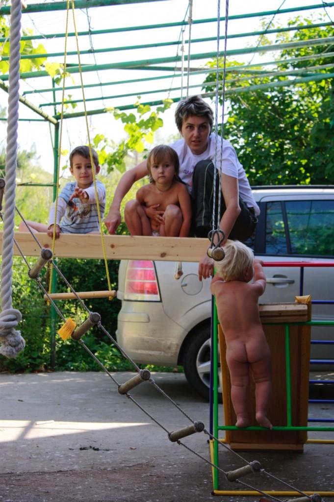 Самодельная детская площадка на сетке для винограда. 2009-2010 гг. Кубань