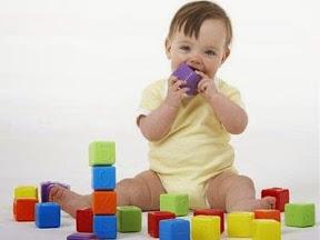 башенка из кубиков (ребенок грызет)