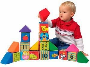 башня с тканевыми кубиками и годовас